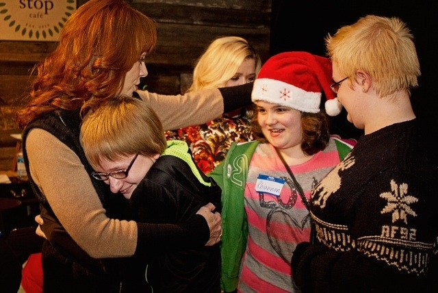 Kelly Clarkson Christmas Eve.Reba Mcentire And Kelly Clarkson Take A Ride On The Jingle Strong